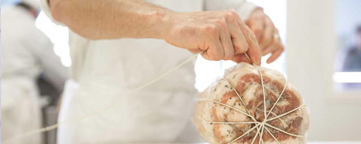 Legatura manuale della pancetta